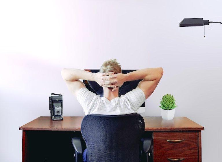 företagare tänker på hemsida
